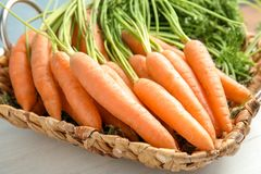 Abtropfbrett mit Karotten auf Tabelle, Nahaufnahme Lizenzfreie Stockbilder