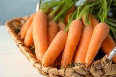 Abtropfbrett mit reifen Karotten auf Tabelle Stockbild