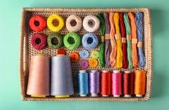 Abtropfbrett mit verschiedenen Arten von Threads Stockbilder