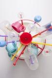 Abtropfgestell voll von Babyplastikgeschirrgegenständen Stockbilder