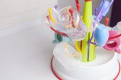Abtropfgestell voll von Babyplastikgeschirrgegenständen Lizenzfreie Stockbilder