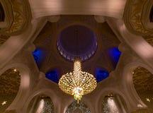 2 abu Al阿拉伯人象比团结的一千阿拉伯联合酋长国框能国家(地区) dhabi eid酋长管辖区四十会集全部hh被启动的关键最大延迟的星期五更多清真寺nahyan编号人位置祷告s总统回教族长苏丹是zayed的崇拜 免版税图库摄影