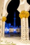 2 abu Al阿拉伯人象比团结的一千阿拉伯联合酋长国框能国家(地区) dhabi eid酋长管辖区四十会集全部hh被启动的关键最大延迟的星期五更多清真寺nahyan编号人位置祷告s总统回教族长苏丹是zayed的崇拜 免版税库存图片