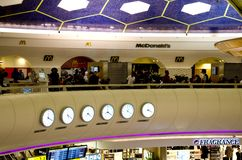 Abu Dhabi Airport - temps du monde Photographie stock