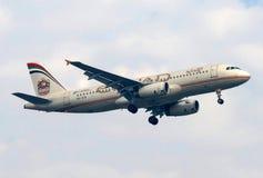 Abu Dhabi baserade den Etihad flygbolagflygbussen A320-200 på sista inställning Royaltyfria Bilder