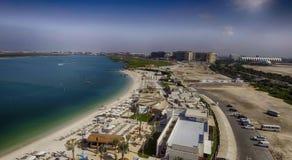 Abu Dhabi Beach in Yas-Insel, Vogelperspektive Lizenzfreie Stockfotos