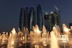 Abu Dhabi bij schemer Stock Foto's