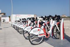 Abu Dhabi Bikeshare cyklar Arkivbilder