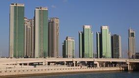 Abu Dhabi - capital y segunda ciudad populosa en United Arab Emirates metrajes