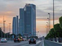 Abu Dhabi City, torre de Etihad, torre de la nación y sede de Adnoc contra el cielo de Mody fotos de archivo libres de regalías