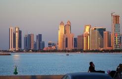 Abu Dhabi-cityline bei Sonnenuntergang Lizenzfreie Stockfotografie
