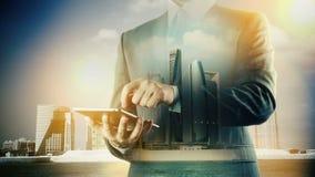Abu Dhabi Cityscape Businessman che per mezzo della compressa digitale Doppia esposizione stock footage