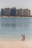 Abu Dhabi Cityscape mit Kindern, UAE Lizenzfreie Stockfotografie