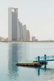 Abu Dhabi Cityscape mit Meer und Ponton, UAE Stockfotografie