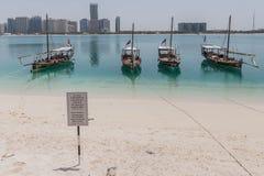Abu Dhabi Cityscape mit Strand, Booten und Warnzeichen, UAE Stockfoto