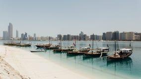 Abu Dhabi Cityscape mit Strand und Booten, UAE Stockfotografie