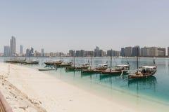 Abu Dhabi Cityscape mit Strand und Booten, UAE Lizenzfreie Stockfotos