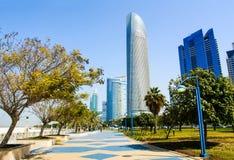 Abu Dhabi Corniche mit Marksteinansicht von modernen Gebäuden Stockbild