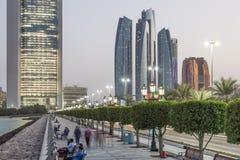 Abu Dhabi corniche nachts Lizenzfreie Stockbilder