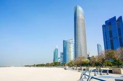 Abu Dhabi Corniche-Strand und gehender Bereich mit Marksteinansicht von Stockfoto