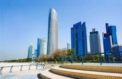 Abu Dhabi Corniche-Strand und gehender Bereich mit Marksteinstadt konkurrieren Lizenzfreies Stockbild