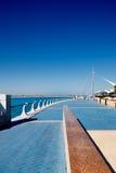 Abu Dhabi Corniche wordt geflankeerd door een mooie prome Royalty-vrije Stock Afbeeldingen