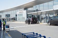 ABU DHABI - 13 DE FEBRERO: Abu Dhabi International Airport 13 de febrero de 2016 en Abu Dhabi, United Arab Emirates Imagen de archivo libre de regalías
