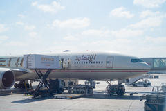 ABU DHABI - 13 DE FEBRERO: Aeroplano de la tierra de Etihad Airways en Abu Dhabi International Airport 12 de febrero de 2016 en A Imágenes de archivo libres de regalías