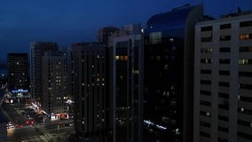 Abu Dhabi-de torens en de gebouwen van de stads corniche straat bij nacht