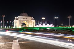 Abu Dhabi, de V.A.E - 4 April 2019 Boog bij de ingang aan Presidentieel Paleis in de nacht stock afbeelding