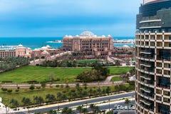 Abu Dhabi, de V.A.E - 30 Maart 2019 Het Paleis van emiraten - luxehotel dat door ongeveer 85 hectaren gazon en tuinen wordt omrin stock afbeelding
