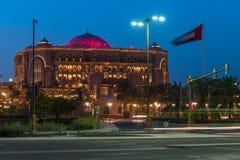 Abu Dhabi, de V.A.E - 30 Maart 2019 Het Paleis van emiraten - luxehotel door ongeveer 85 hectaren van gazon in nacht wordt omring royalty-vrije stock afbeelding