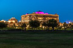 Abu Dhabi, de V.A.E - 30 Maart 2019 Het Paleis van emiraten - luxehotel door ongeveer 85 hectaren van gazon in nacht wordt omring royalty-vrije stock foto