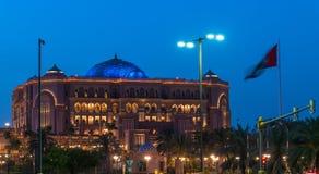Abu Dhabi, de V.A.E - 30 Maart 2019 Het Paleis van emiraten - luxehotel door ongeveer 85 hectaren van gazon in nacht wordt omring stock afbeeldingen