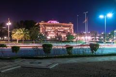 Abu Dhabi, de V.A.E - 30 Maart 2019 Het Paleis van emiraten - luxehotel in nacht royalty-vrije stock fotografie