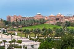 Abu Dhabi, de V.A.E - 30 Maart 2019 Het Paleis van emiraten - rijk die hotel door ongeveer 85 hectaren gazon en tuinen wordt omri royalty-vrije stock afbeelding
