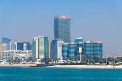 Abu Dhabi, de V.A.E - 29 Maart 2019 het stadsstrand langs Corniche-weg stock foto
