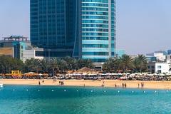 Abu Dhabi, de V.A.E - 29 Maart 2019 Mensen op het stadsstrand langs Corniche-weg royalty-vrije stock afbeelding