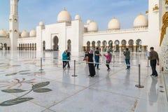 Abu Dhabi, de V.A.E - 31 Maart 2019 Toeristen in het vierkant voor Sheikh Zayd Grand Mosque royalty-vrije stock afbeelding