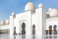 Abu Dhabi, de V.A.E - 31 Maart 2019 Toeristen in het vierkant voor Sheikh Zayd Grand Mosque royalty-vrije stock afbeeldingen