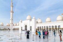 Abu Dhabi, de V.A.E - 31 Maart 2019 Toeristen in het vierkant voor Sheikh Zayd Grand Mosque stock foto