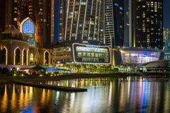 Abu Dhabi, de V.A.E - 29 Maart 2019 Weergeven van Grand Hyatt -hotel met nachtverlichting van overzees royalty-vrije stock fotografie