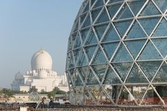 Abu Dhabi, de V.A.E - 2016: De nieuwe uitbreiding van Sheikh Zayed Grand Mosque Royalty-vrije Stock Afbeeldingen