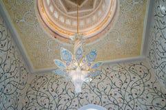 Abu Dhabi De zomer van 2016 De beroemde Sheikh Zayed Grand-moskee Buitenkant en het binnenland royalty-vrije stock foto's