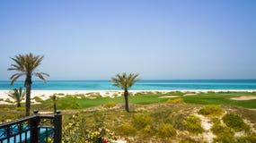 Abu Dhabi In de zomer van 2016 De beschermde oase op het hotel St Regis Saadiyat Island Resort Royalty-vrije Stock Foto's