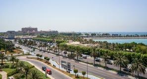 Abu Dhabi De zomer van 2016 Een moderne groene metropool van Arabische cultuur op de kusten van de Arabische Golf Royalty-vrije Stock Fotografie