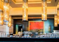 Abu Dhabi De zomer van 2016 Helder en modern binnenlands luxehotel St Regis Saadiyat Island Resort Royalty-vrije Stock Afbeelding