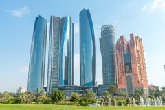 ABU DHABI - DECEMBER 8, 2016: De straatmening van Corniche-Road bouwt Stock Afbeelding