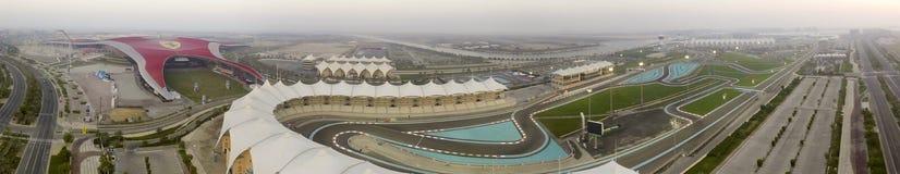 ABU DHABI - DECEMBER 2016: Ferrari-Wereld en F1 kring, lucht Stock Afbeelding