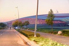 ABU DHABI - 6. DEZEMBER 2016: Ferrari-Weltgebäude bei Sonnenuntergang Stockbilder